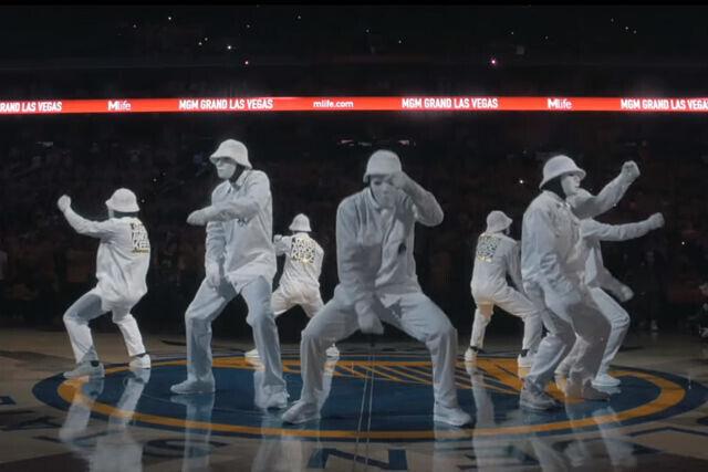 Jabbawockeez bailando en la cancha de los Warriors
