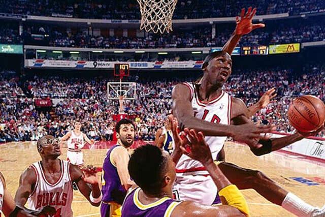 Michael Jordan vuela hacia el aro