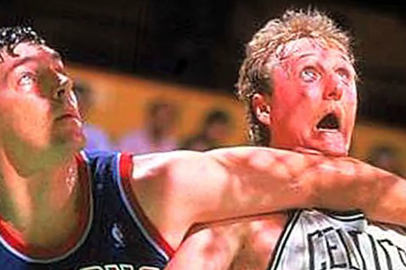 Larry Bird recibe un codazo