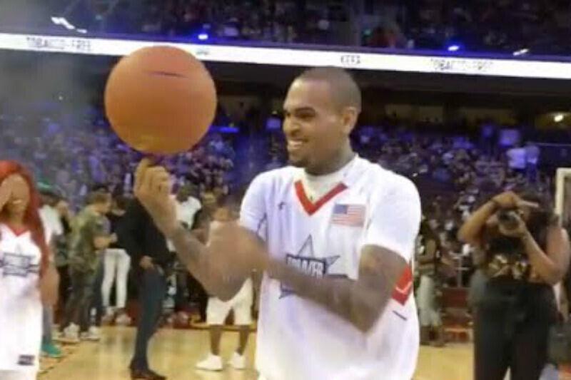 Chris Brown jugando al baloncesto