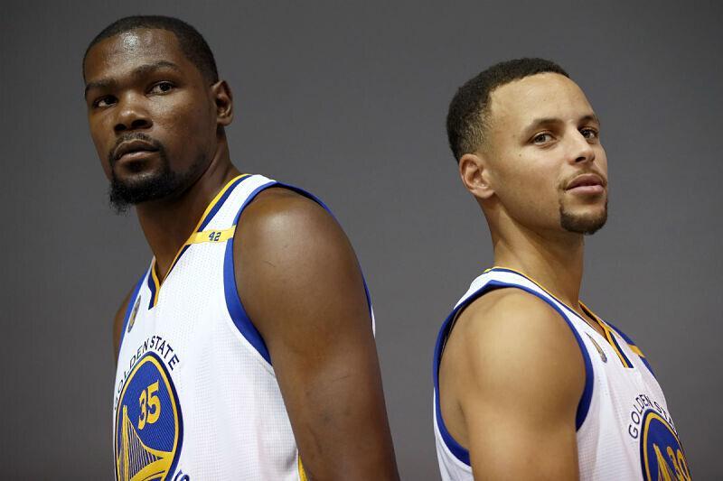 Kevin Durant y Stephen Curry posando juntos