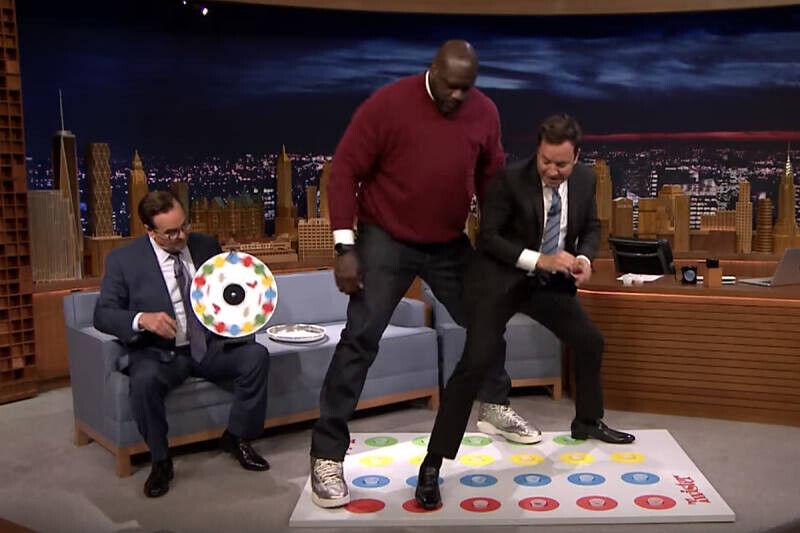 Shaquille O'Neal jugando al Twister