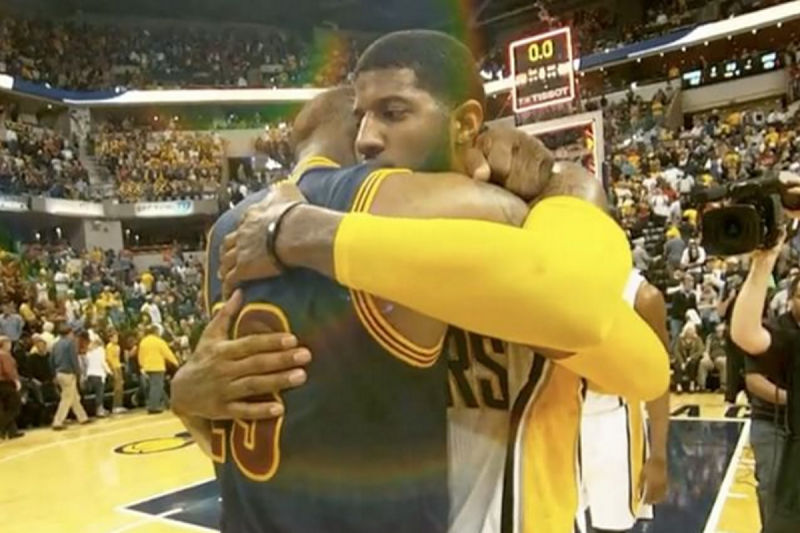 LeBron James y Paul George se abrazan