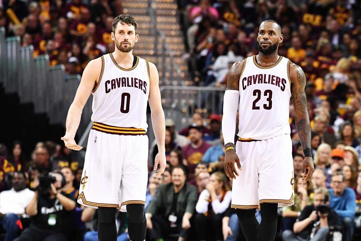 Kevin Love y LeBron James, jugadores de Cleveland Cavaliers