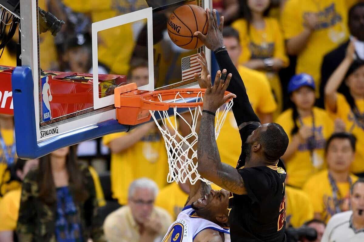 LeBron James, jugador de Cleveland Cavaliers; Andre Iguodala, jugador de Golden State Warriors