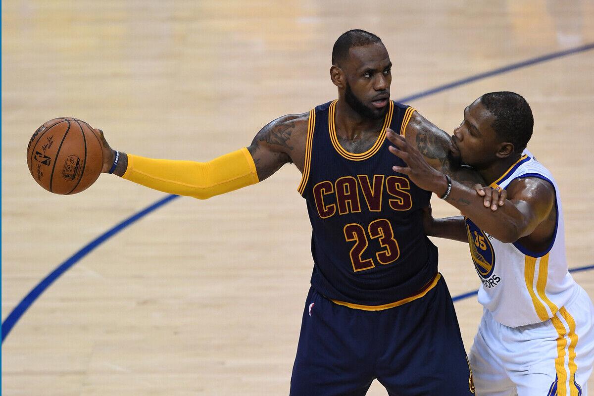 Lebron James jugador de Cleveland Cavaliers y Kevin Durant jugador de Golden State Warriors