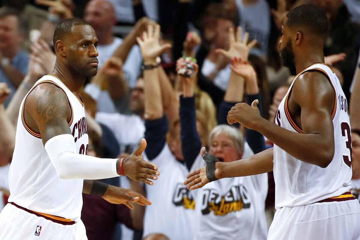 LeBron James y Tristan Thompson, jugadores de Cleveland Cavaliers