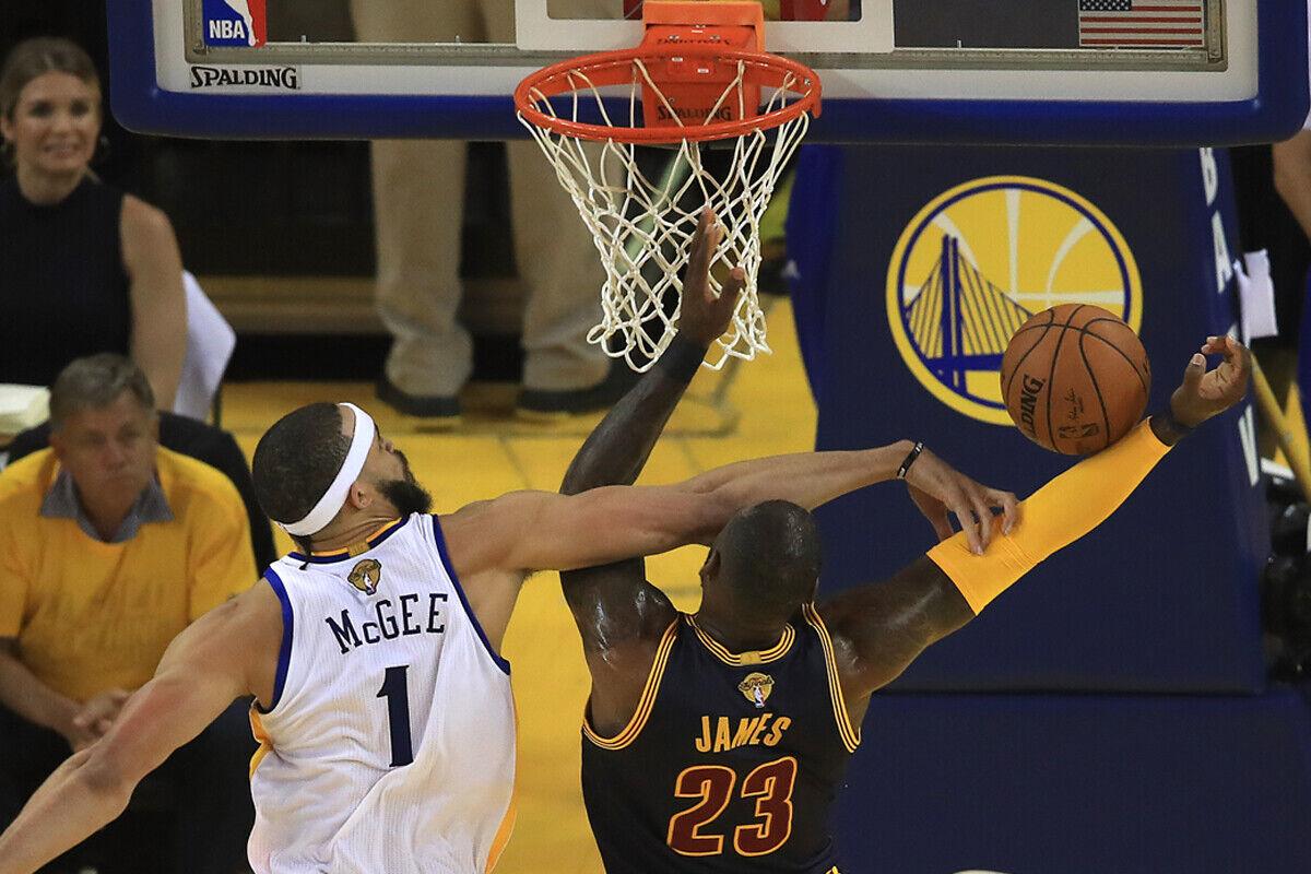 LeBron James, jugador de Cleveland Cavaliers y JaVale McGee jugador de Golden State Warriors