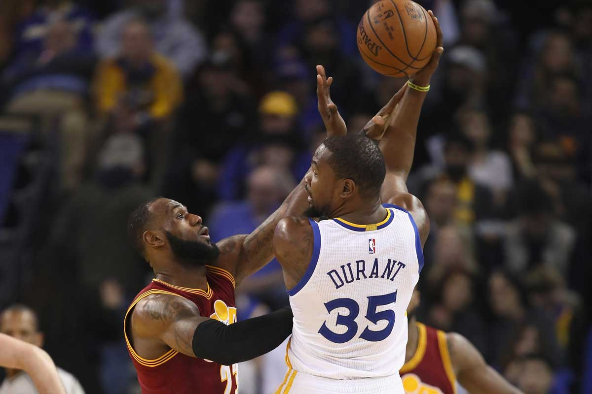 LeBron James jugador de los Cavs y Kevin Durant jugador de los Warriors.