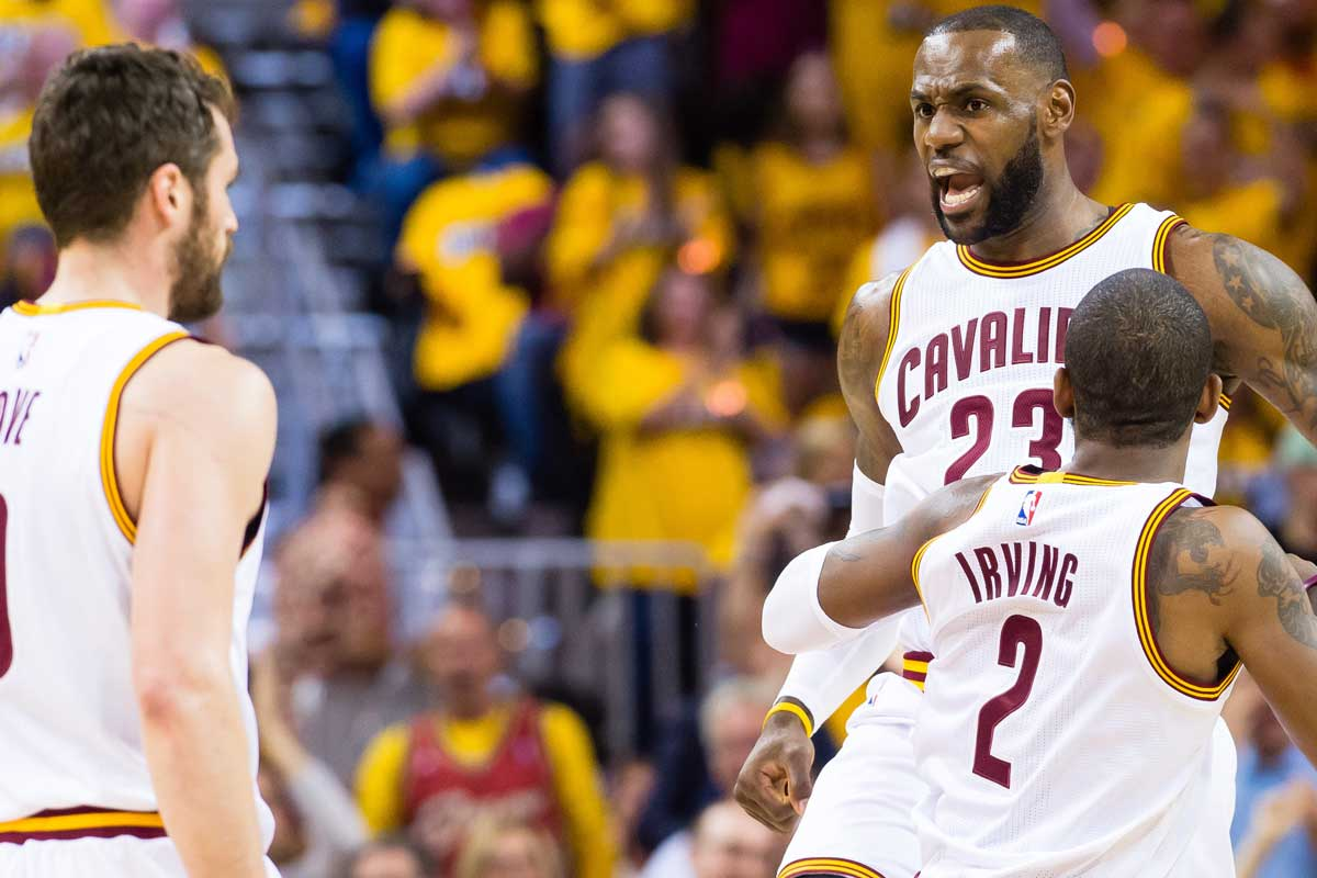 Kevin Love, LeBron James y Kyrie Irving, jugadores de Cleveland Cavaliers