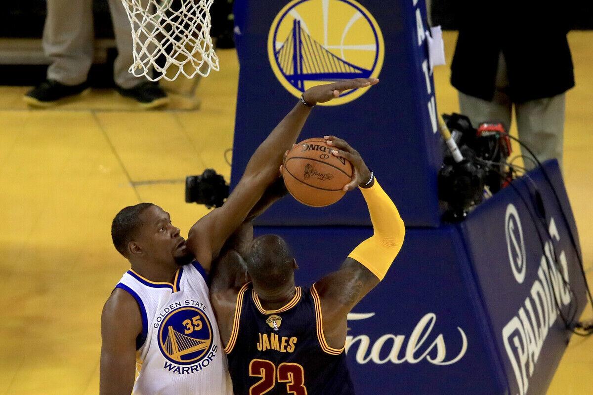 Kevin Durant, jugador de los Warriors; y LeBron James jugador de los Cavs