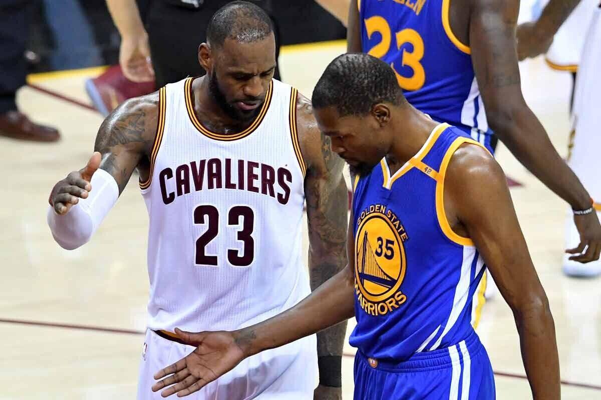 LeBron James, jugador de Cleveland Cavaliers; Kevin Durant, jugador de Golden State Warriors.