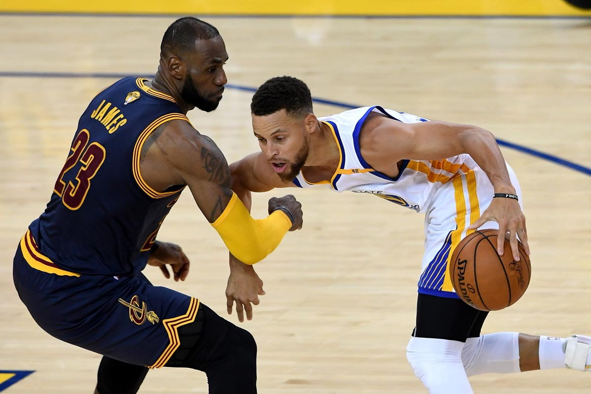 LeBron James, jugador de Cleveland Cavaliers; Stephen Curry, jugador de Golden State Warriors