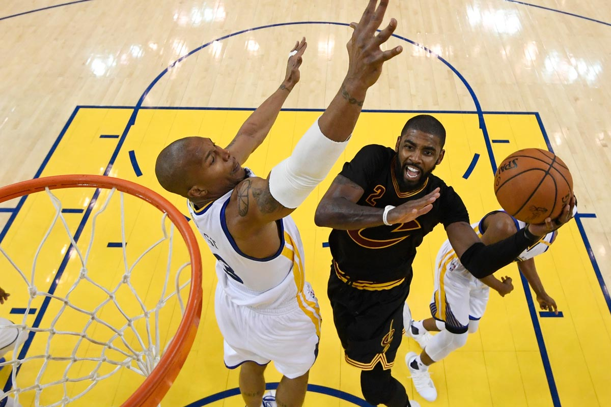 Kyrie Irving jugador de Cleveland Cavaliers y David West jugador de Golden State Warriors