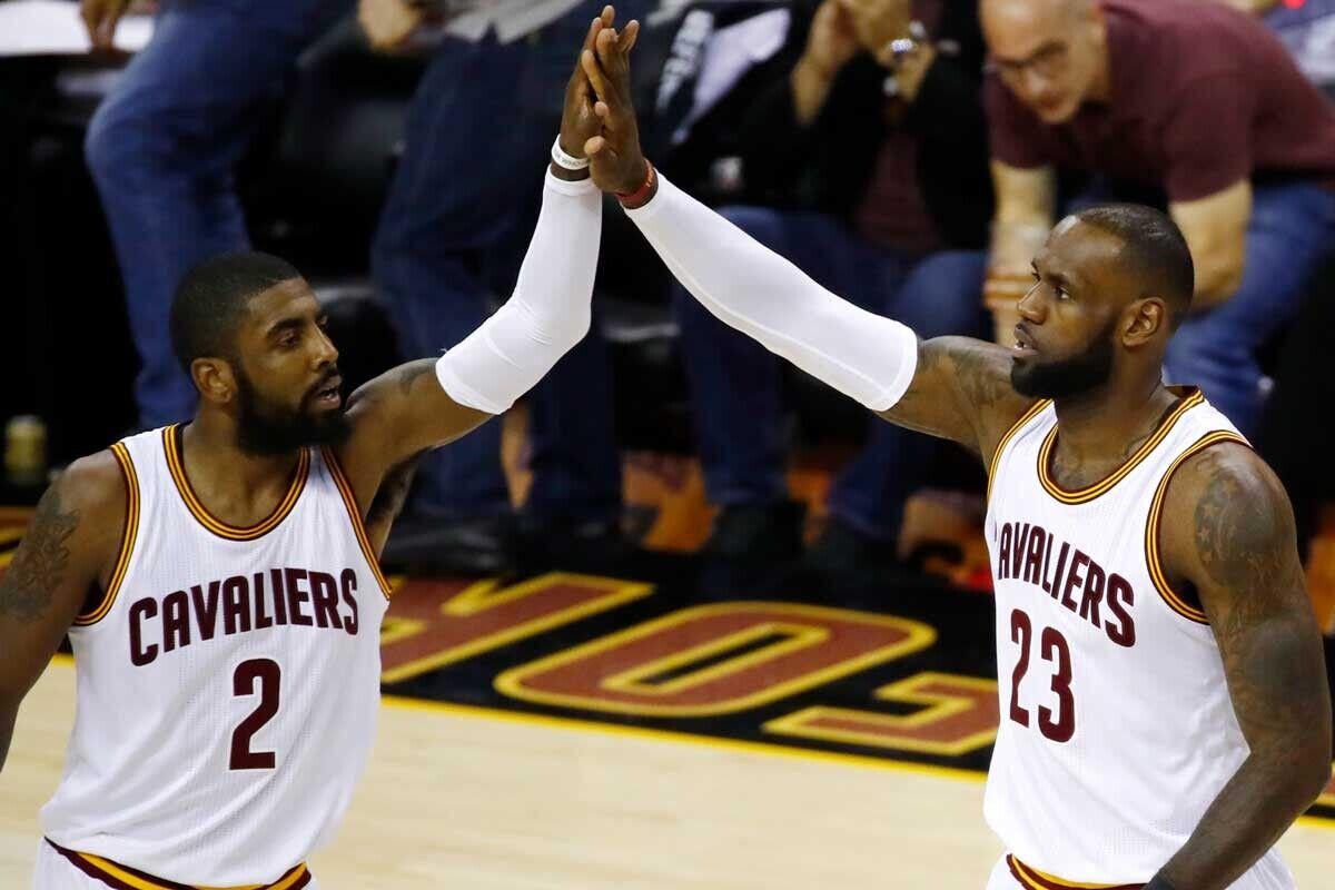 Kyrie Irving y LeBron James, jugadores de Cleveland Cavaliers