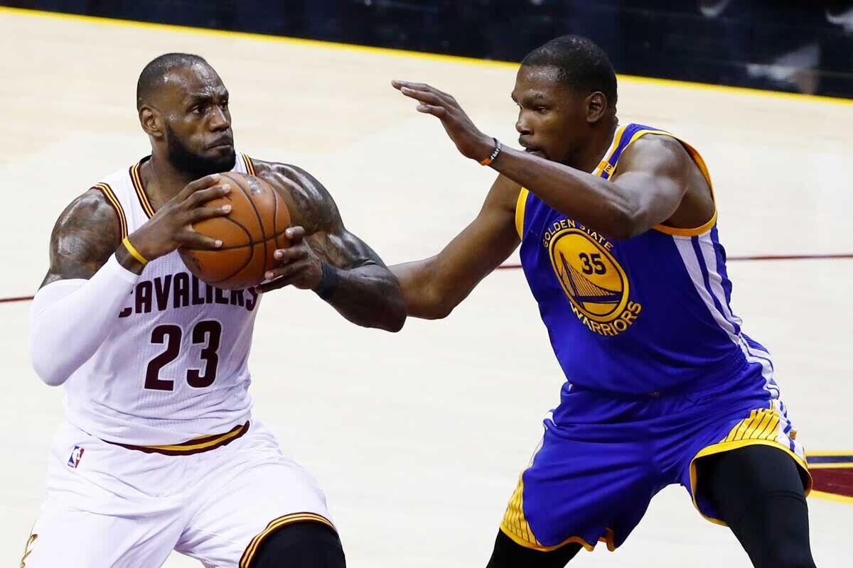 LeBron James, jugador de Cleveland Cavaliers; Kevin Durant, jugador de Golden State Warriors
