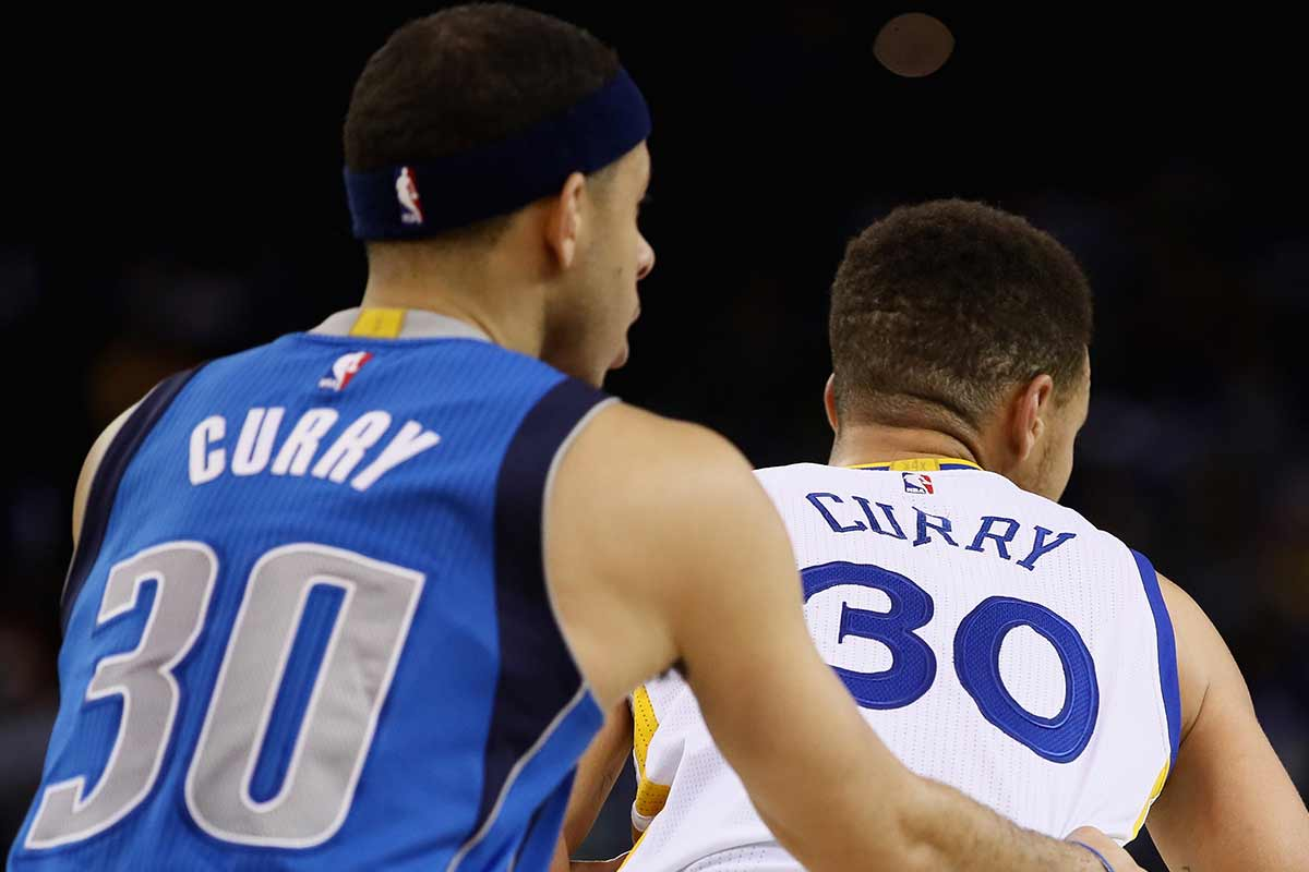 Stephen Curry, jugador de Golden State Warriors y Seth Curry, jugador de Dallas Mavericks