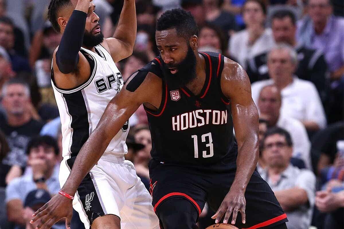James Harden, jugador de Houston Rockets; Patty Mills, jugador de San Antonio Spurs