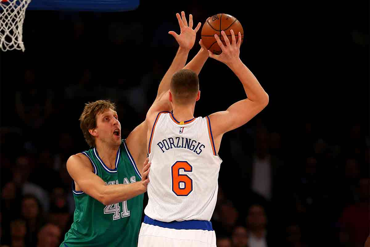 Porzingis, jugador de New York Knicks; Nowitzki jugador de Dallas Mavericks